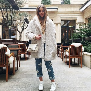 Out and about at the @parkhyattparis wearing a ultra cozy Gérard Darel coat, @stellamccartney jeans, @isabelmarant sneaks as well as this white @maisonvalentino bag☝️