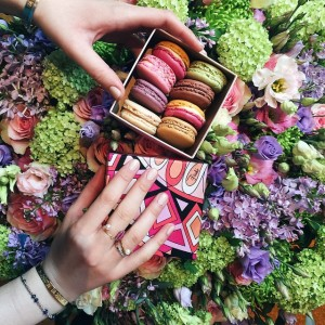 Another day, another box of macarons at the @parkhyattparis (they have the most gorgeous flowers as always). Thanks to @maisonladuree for this little precious gift. In love with the new @emiliopucci box! #parkhyattparis