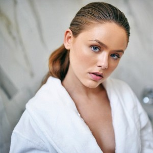 "Another shot from the latest article on www.kayture.com, ""Bathroom Diaries"". Everything about a healthy, glowy skin and how to use the @JergensUS Wet Skin Moisturizers right after the shower while your skin is still wet to lock in the moisture"